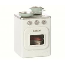 Металлическая плита с кухонными принадлежностями